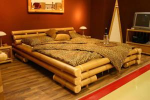 krovat-yz-svetloho-bambuka